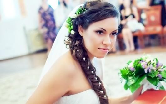 Свадебная прическа - это одна из главных составляющих образа невесты. Прическа должна не только подходить к лицу невесты, но и дополнять выбранный свадебный