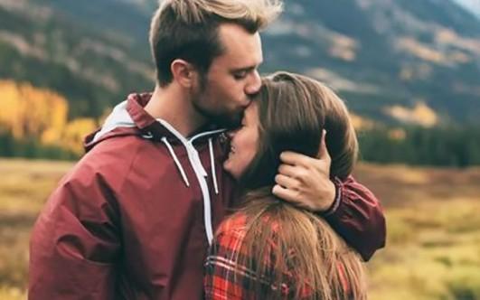 Он поцеловал ее погладил грудь