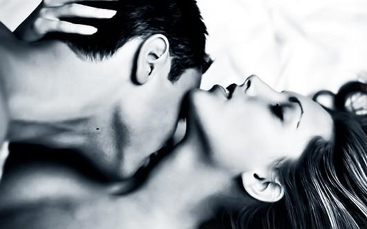 женщина спит а мужик целует её всё тело