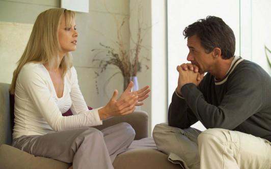 На разговоре смотрит губы при знакомый