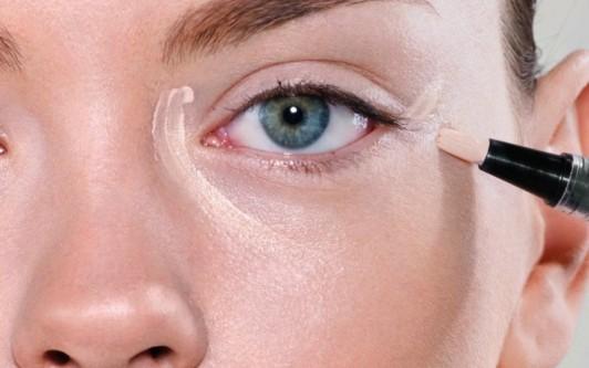 Как замаскировать мешки под глазами с помощью макияжа