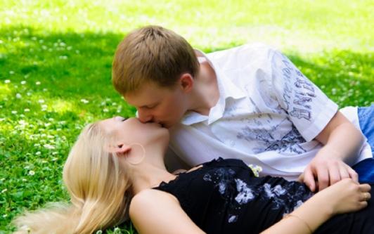 Парни целуют девушек которые делают миньет