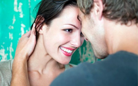 Парень нюхает свою девушку и трогает языком видео