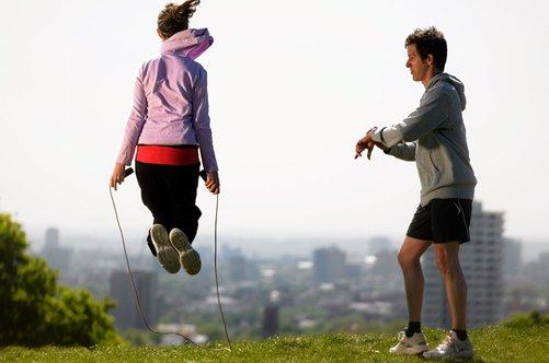 Сколько калорий сжигается при прыжках на скакалке за