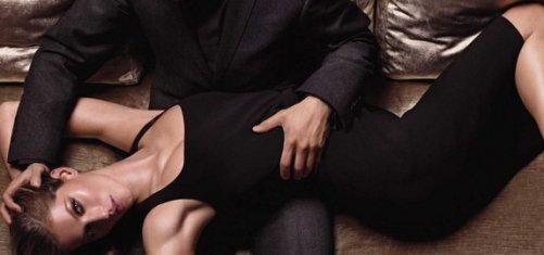 Девушка одевает парня в женское платье