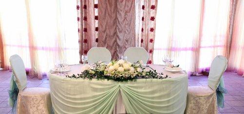 Декор свадебного стола - тканью, цветами и шарами, мастер-класс по 20