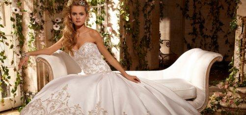 В настоящее время в салонах для молодоженов можно найти самые красивые платья. Свадебные пышные наряды пользуются огромной популярностью у современных