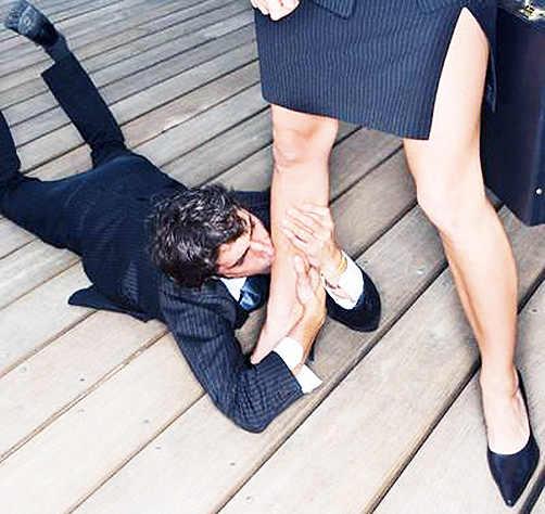 Девушка целует ноги девушке фото